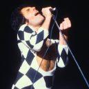 Freddie Mercury – nezapomenutelná legenda - harlequinn-suit