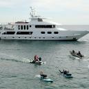 Miliardář využil svou jachtu v hodnotě 25 milionů, aby pomohl zásobovat ohněm zasažené Malibu - Photo by TNS II