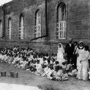 V genocidě Arménů zemřelo na 2 miliony lidí - refugee-line-on-street