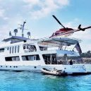 Miliardář využil svou jachtu v hodnotě 25 milionů, aby pomohl zásobovat ohněm zasažené Malibu - The billionaire's yacht, Leight Star, is 142ft long, and has its own helipad
