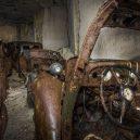 Amatérský fotograf našel v opuštěném dole desítky aut ukryté za okupace -