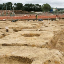 Pohřbený vůz s jezdcem i zapřaženými koňmi nadchl archeology - england-construction