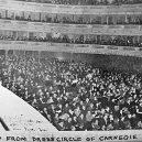 Božská Florenc se svým extrémně falešným operním zpěvem vyprodala celou Carnegie Hall - Florence Foster Jenkins – photo from carnegie hall box seat B&W