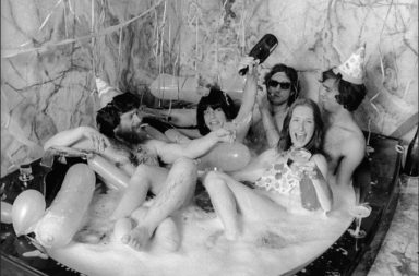 Manželé Susan a Louis Meiselovi, obchodníci s uměním, v roce 1974 slaví Silvestr ve své prostorné vířivce