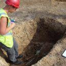 Pohřbený vůz s jezdcem i zapřaženými koňmi nadchl archeology - image