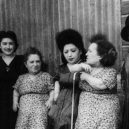 Trpasličí rodinka celá přežila hrůzy v Osvětimi - Some-members-of-the-Ovitz-family-a-musical-troupe-of-dwarfs-who-almost-miraculously-survived-Auschwitz-Photo-The-Ovitz-Famiy