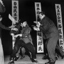 Vražda japonského politika v přímém přenosu - Yamaguchi_assassinates_Asanuma_1960