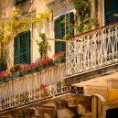 10 míst, které při návštěvě Řecka nesmíte v žádném případě vynechat - greece-corfu-old-town-facades-and-flowers