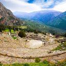 10 míst, které při návštěvě Řecka nesmíte v žádném případě vynechat - greece-delphi-ancient-theatre-and-mountains