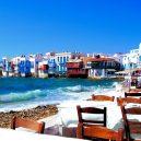10 míst, které při návštěvě Řecka nesmíte v žádném případě vynechat - greece-mykonos-seaside-town-with-waves