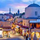10 míst, které při návštěvě Řecka nesmíte v žádném případě vynechat - greece-rhodes-town-hippocrates-square-evening