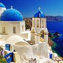 10 míst, které při návštěvě Řecka nesmíte v žádném případě vynechat - greece-santorini-blue-roof-churches-and-mediterranean