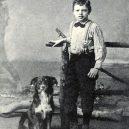 Život a smrt jednoho z největších dobrodruhů. Jack London zemřel v pouhých 40 letech - London-at-the-age-of-nine-with-his-dog-Rollo-1885