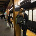 Nové nařízení komplikuje život newyorským pejskařům. Podívejte se, jak vtipně si s problémem poradili - nyc-subway-dog11