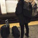 Nové nařízení komplikuje život newyorským pejskařům. Podívejte se, jak vtipně si s problémem poradili - nyc-subway-dog7