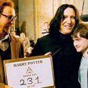 16 opravdu povedených snímků z natáčení Harryho Pottera. Takhle oblíbeného brýlatého kouzelníka a jeho přátele nejspíš neznáte - snape-hug-reacho.in_