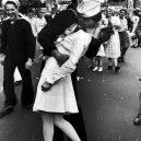 Polibek na Times Square a další ikonické fotografie 20. století - famous-photographers-Alfred-Eisenstaedt-1945-v-j-day-times-square-kiss
