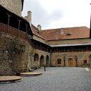 Z historie hradu Sovinec vám bude běhat mráz po zádech. Podívejte se fotografie této tajemné pevnosti a jejího okolí - 01-pate-nadvori
