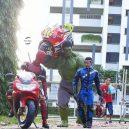 Podívejte se na sérii vtipných fotografií, které nafotil malajský sběratel hraček s figurkami oblíbených superhrdinů - wire-hon-forced-perspective-photos-10