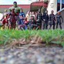 Podívejte se na sérii vtipných fotografií, které nafotil malajský sběratel hraček s figurkami oblíbených superhrdinů - wire-hon-forced-perspective-photos-11
