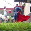 Podívejte se na sérii vtipných fotografií, které nafotil malajský sběratel hraček s figurkami oblíbených superhrdinů - wire-hon-forced-perspective-photos-12