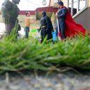Podívejte se na sérii vtipných fotografií, které nafotil malajský sběratel hraček s figurkami oblíbených superhrdinů - wire-hon-forced-perspective-photos-13