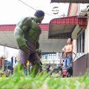 Podívejte se na sérii vtipných fotografií, které nafotil malajský sběratel hraček s figurkami oblíbených superhrdinů - wire-hon-forced-perspective-photos-3
