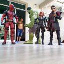 Podívejte se na sérii vtipných fotografií, které nafotil malajský sběratel hraček s figurkami oblíbených superhrdinů - wire-hon-forced-perspective-photos-4