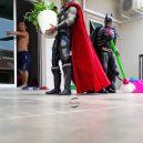 Podívejte se na sérii vtipných fotografií, které nafotil malajský sběratel hraček s figurkami oblíbených superhrdinů - wire-hon-forced-perspective-photos-5