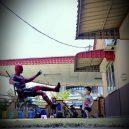 Podívejte se na sérii vtipných fotografií, které nafotil malajský sběratel hraček s figurkami oblíbených superhrdinů - wire-hon-forced-perspective-photos-7