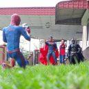 Podívejte se na sérii vtipných fotografií, které nafotil malajský sběratel hraček s figurkami oblíbených superhrdinů - wire-hon-forced-perspective-photos-9