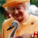 Podívejte se na nejpodivnější výsady britské královny. Má vlastní bankomat a slaví dvoje narozeniny - 55f012f1dd0895cd078b45f9-750-563