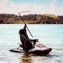 Podívejte se na vtipné fotografie smrtky u vody. Swim Reaper navíc slouží dobrému účelu - 58420023_971422349730482_2951479299355443200_n