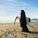 Podívejte se na vtipné fotografie smrtky u vody. Swim Reaper navíc slouží dobrému účelu - 58679311_971422503063800_217215351065149440_n
