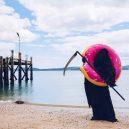Podívejte se na vtipné fotografie smrtky u vody. Swim Reaper navíc slouží dobrému účelu - 58818491_971422203063830_5316324610776498176_n