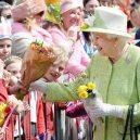 Podívejte se na nejpodivnější výsady britské královny. Má vlastní bankomat a slaví dvoje narozeniny - Britains-Queen-Elizabeth-II-greets-wellwishers-during-a-walkabout-on-her-90th-birthday-in-Windsor