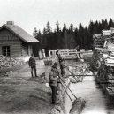 Inženýr Josef Rosenauer přišel v roce 1759 s geniálním plánem, jak zásobovat Vídeň dřevem přímo ze Šumavy - Historický-snímek-z-plavení-dřeva-v-šumavském-plavebním-kanálu.-idnes