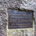Inženýr Josef Rosenauer přišel v roce 1759 s geniálním plánem, jak zásobovat Vídeň dřevem přímo ze Šumavy - Nápis-na-Rosenauerově-pomníku-Turistika.cz_