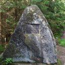 Inženýr Josef Rosenauer přišel v roce 1759 s geniálním plánem, jak zásobovat Vídeň dřevem přímo ze Šumavy - Rosenauerův-pomník-na-začátku-kanálu-wikipedie