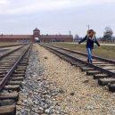Neznalost nebo neúcta k mrtvým? Bizarních selfie uprostřed vzpomínek na holokaust není málo - SEI_57949413