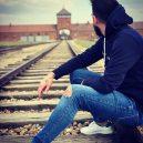 Neznalost nebo neúcta k mrtvým? Bizarních selfie uprostřed vzpomínek na holokaust není málo - SEI_57952064
