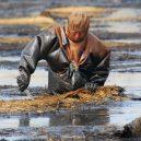 Peklo na zemi. Takhle vypadá život v znečištěné Číně - man-in-oil-slude-liaonin-province