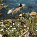 Peklo na zemi. Takhle vypadá život v znečištěné Číně - swimming-in-a-polluted-lake