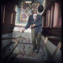 Oživlá kriminální historie – podívejte se, jak se vraždilo v minulém století - hat-off-dead-elevator