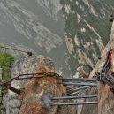 Smrtelná stezka do čínské čajovny na vrcholu Květinové hory láká tisíce turistů - hiking-trail-huashan-mountain-china-5