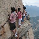 Smrtelná stezka do čínské čajovny na vrcholu Květinové hory láká tisíce turistů - hiking-trail-huashan-mountain-china-9