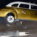 Oživlá kriminální historie – podívejte se, jak se vraždilo v minulém století - man-under-taxi-dead