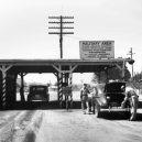 Život ve městě zrodu atomové bomby. Jak se žilo v Oak Ridge? - military-gate-entrance-to-oak-ridge