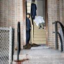 Oživlá kriminální historie – podívejte se, jak se vraždilo v minulém století - stairwell-dead-body-cops