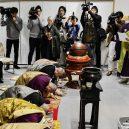 Hliníkový kněz káže v budhistickém chrámu - 276f2b257d314799949467f4a5690078